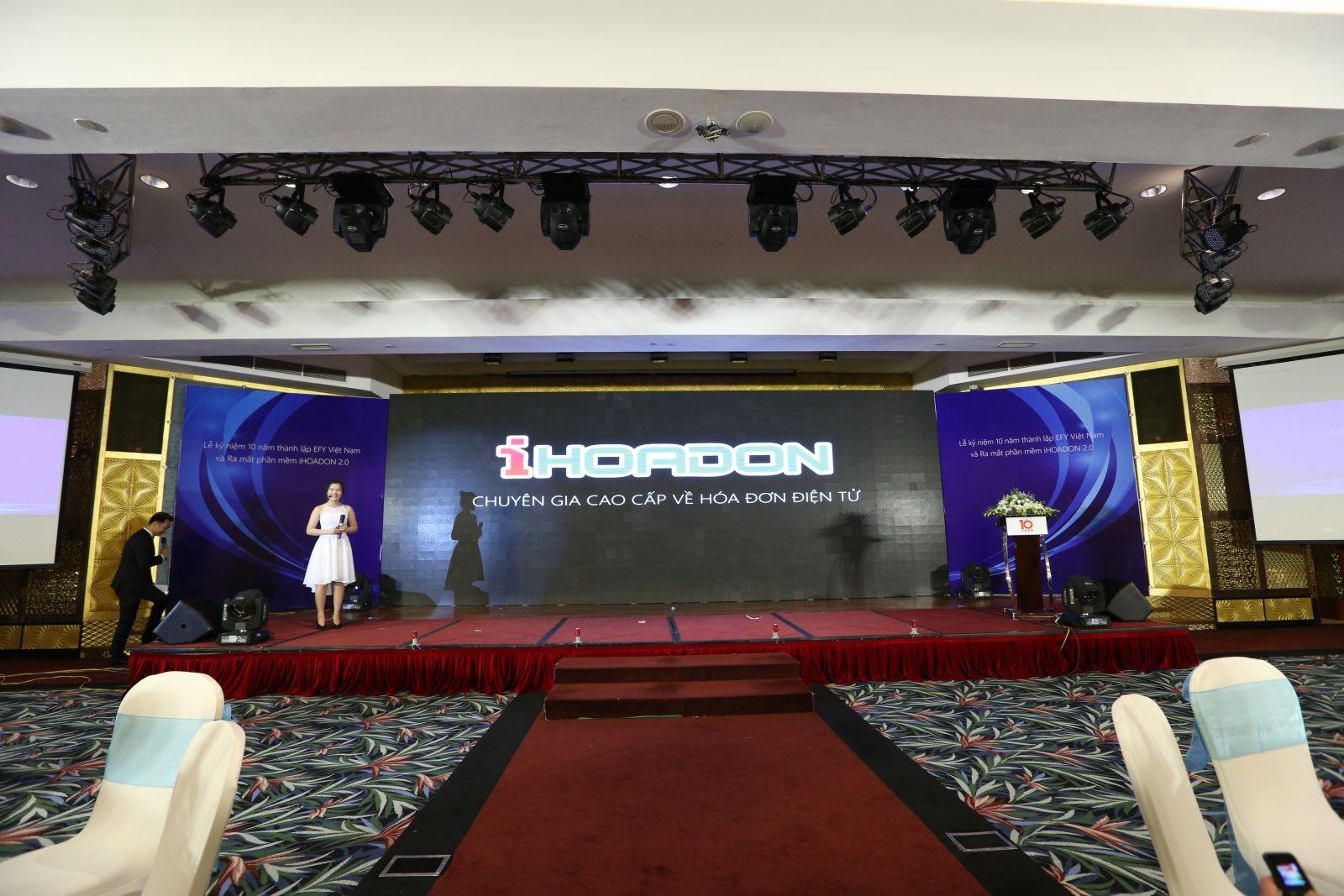 <Ms. Đỗ Thị Thảo - Trưởng ban truyền thông của EFY Việt Nam giới thiệu phần mềm iHOADON 2.0>